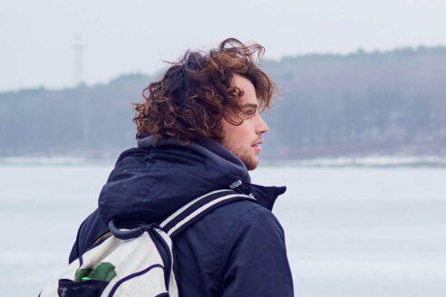 Cheveux bouclés homme