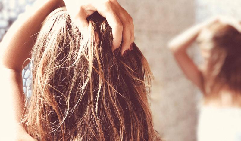 Cheveux secs - main dans les cheveux